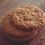 Dolci crudisti: biscotti con datteri, cacao e frutta secca