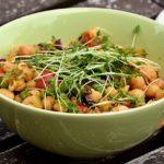 Insalata proteica con ceci, noci e funghi: piatto unico completo